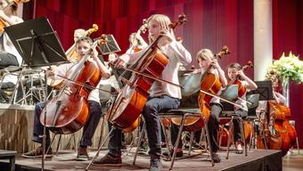 Musikschülerinnen und -schüler zeigen ihr Können an einem Konzert.