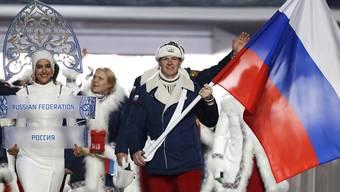 Russlands Olympiadelegation von 2014 mit Fahnenträger und Dopingsünder Alexander Subkow
