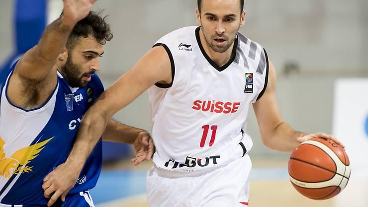 Dusan Mladjan (rechts) trug in Abwesenheit der Schweizer NBA-Spieler Thabo Sefolosha und Clint Capela die Captainbinde