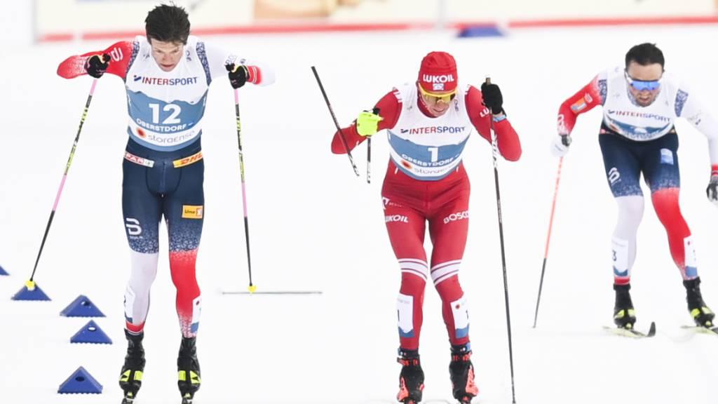 Die entscheidende Szene: Klaebo (links) hat Bolschunow den Stock gebrochen, der zu diesem Zeitpunkt abgeschlagene Emil Iversen (rechts) wird am Jury-Tisch noch den Sieg erben.