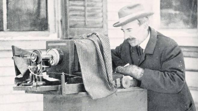 Wilson Bentley war zwar nicht – wie heute erwiesen – der Erste, dem eine Aufnahme einer Schneeflocke gelang. Doch sind es seine Fotos, die bis heute nichts an Zauber eingebüsst haben. In seinem 1931 veröffentlichten Buch «Snow Crystals» veröffentlichte er 2400 seiner 5000 aufgenommenen Flocken. Seine Fotoplatten vermachte er dem Buffalo Museum of Science.