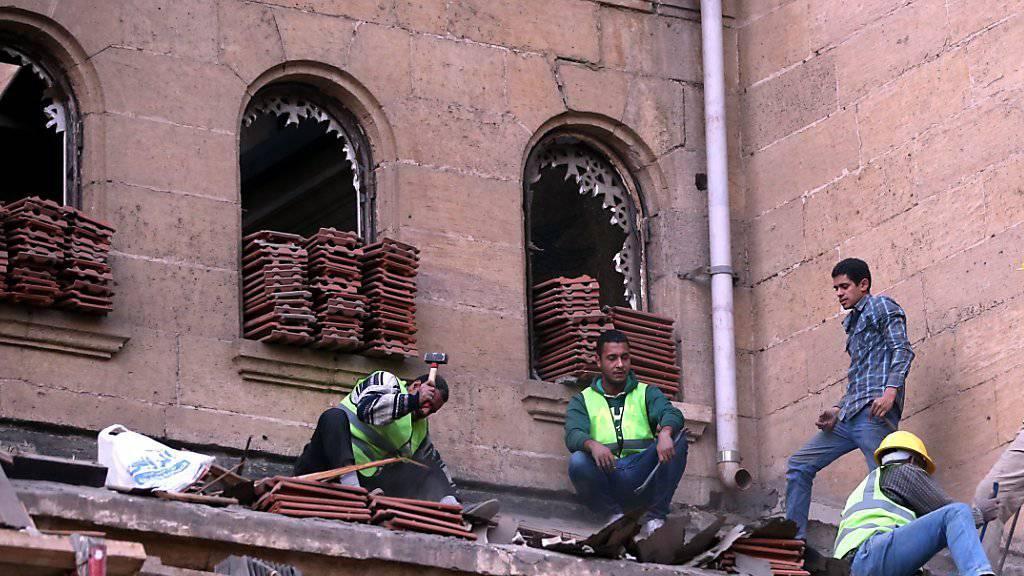 Koptische Christen in Kairo bauen ihre Kirche nach dem tödlichen Anschlag im Dezember 2016 wieder auf. Dabei starben 27 Menschen.
