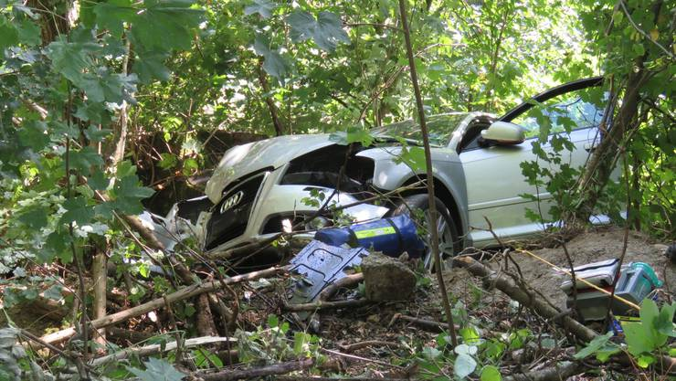 Der Audi kam von der Fahrbahn ab und fuhr eine Böschung hinunter.