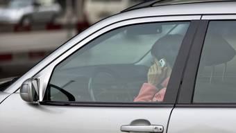 Telefonieren und SMS schreiben während der Fahrt kosten den Ausweis (Archiv)
