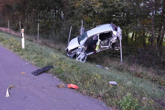 Auf der A13 kam es zu einem Zusammenstoss zwischen einem Lieferwagen und einem Auto. Das Auto wurde durch den AUfprall nach rechts abgewiesen und kam von der Fahrbahn ab. In der Folge kollidierte das Auto mit einer Signaltafel und überschlug sich mehrfach. Der Fahrer wurde schwer verletzt und musste mit dem Rettungshelikopter ins Spital geflogen werden.