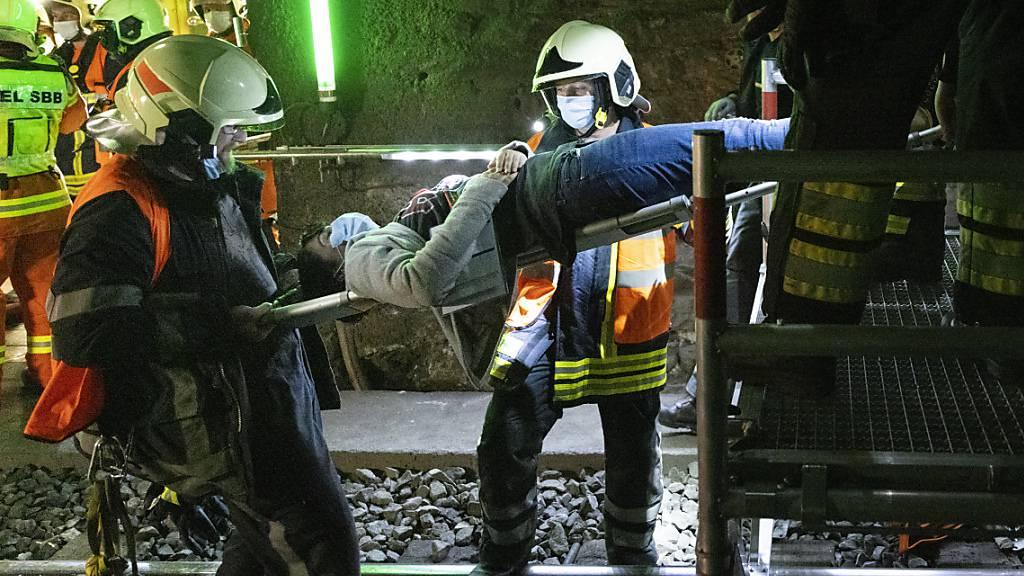 Bei der Rettungsübung im Simplon-Bahntunnel am Sonntag wurde eine Statistin mit einer Barre geborgen.