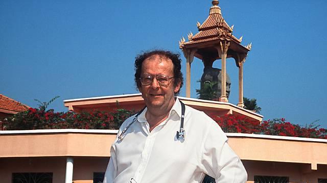 Dr. Beat Richner vor dem Kinderspital Jayavarman VII (Archiv)