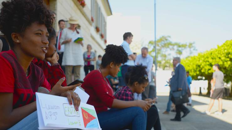 Unbegleitete minderjährige Asylbewerber bei einer Aktion vor dem Grossratsgebäude. (Archiv)