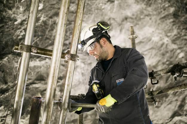 Gabriel Carrasco, 41, zeigt an der Maschine, wie in der Mine in Bex nach Salz gebohrt wird.