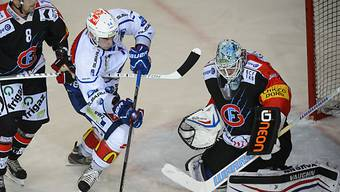 Fribourg-Hüter Conz wehrt sich gegen ZSC-Center Baltisberger.