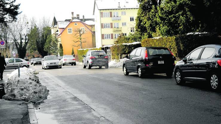 Gedränge: Stauen sich die Fahrzeuge bei der Einfahrt zum Migros-Parkplatz (links), kommt es auf der Freistrasse zu Rückstau. Kaspar Haupt