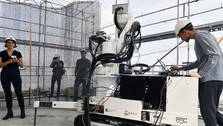 """Forschende der Empa und ETH präsentieren die digitale Baustelle im Gebäude Nest in Dübendorf. Der Roboter """"In situ Fabricator"""" fabriziert eine """"Mesh Mould""""-Wand für das DFAB House."""