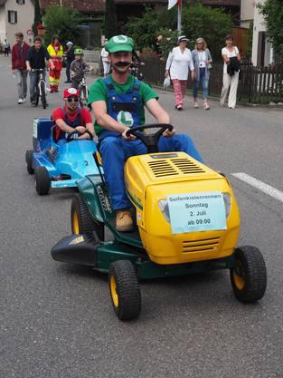 Super-Mario machte auf den Abschluss des Jugendfestes aufmerksam, das Seifenkisten-Rennen.