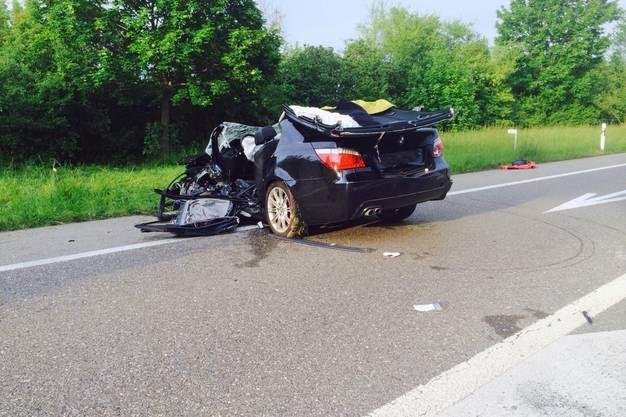 Ein 71-jähriger Autolenker war auf der Stelle tot. Seine Beifahrerin überlebte leichtverletzt.