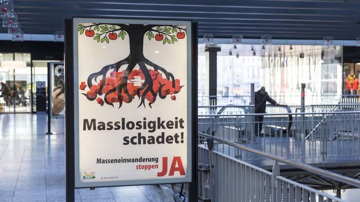 2014 schlägt die SVP Economiesuisse mit den eigenen Waffen - mit einem Apfelbaum-Plakat.