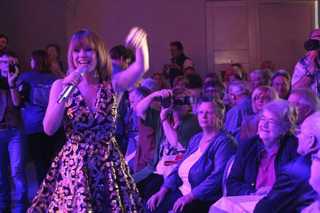 Mitsingen, klatschen, Hände heben: Francine Jordi animierte das Schlagerfäscht-Publikum zum Mitmachen.