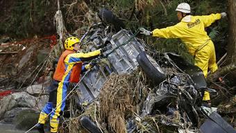 """Rettungskräfte bergen nach dem Taifun """"Hagibis"""" ein Autowrack aus einem Fluss bei Koriyama in der Nähe von Fukushima."""