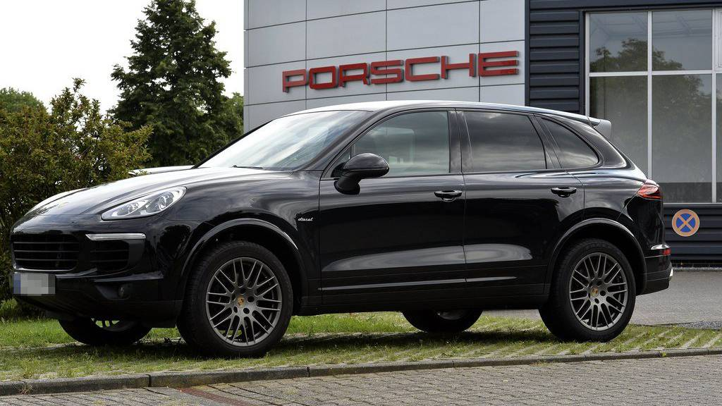 epa06112966 A Porsche Cayenne Diesel SUV in Viersen, Germany, 27 July 2017. German Transport Minister Alexcander Dobrindt on 27 July said a forbidden system to shut off cleaning of diesel exhaust emissions has been found to have been installed in 3 Liter diesel engines of Porsche Cayenne SUV models. Dobrindt said a total of 22,000 vehicles Europe-wide will have to be called in to fix the problem.  EPA/SASCHA STEINBACH