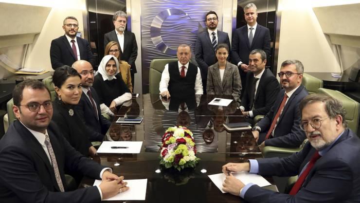 Der türkische Präsident Recep Tayyip Erdogan (Mitte) an Bord seines Flugzeugs. Symbolbild.