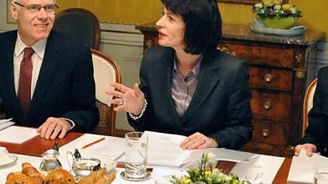 Leuthard im Gespräch mit Bundesrat Moritz Leuenberger