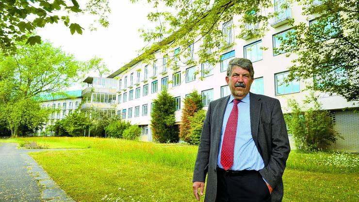 Altes Spital: Investor Willi Gyger beim Besichtigungstermin im Frühsommer. (Bild: Urs Lindt)