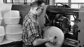 Ein Arbeiter an einer Spritzgiessmaschine im ehemaligen OWO-Presswerk.