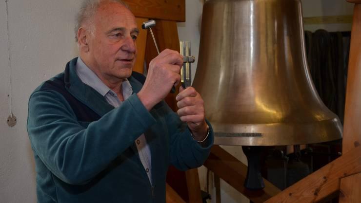 Mit dem Hammer wird die Stimmgabel zum schwingen gebracht, und diese an die Glocke gehalten, um sie auf den Klang zu überprüfen.