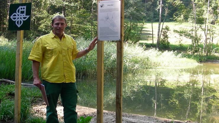 Revierförster Peter Muntwyler zeigt die zum Naturschutzweiher umgestaltete Badi.