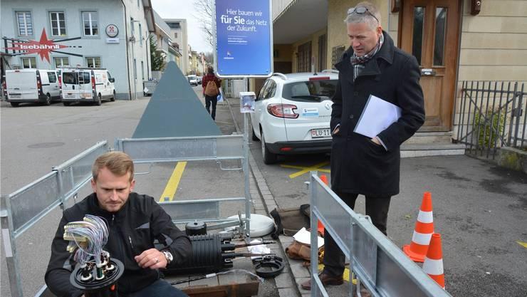 Baudirektor Thomas Marbet (rechts) informiert sich im November 2017, wie die Firma Cablex das Glasfasernetz für die Swisscom in Olten aufbaut.