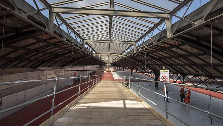 So gross wie ein Fussballfeld ist die Arbeitsbühne, von der aus die historischen Perronhallen im Bahnhof Basel SBB für 34 Millionen Franken saniert werden.