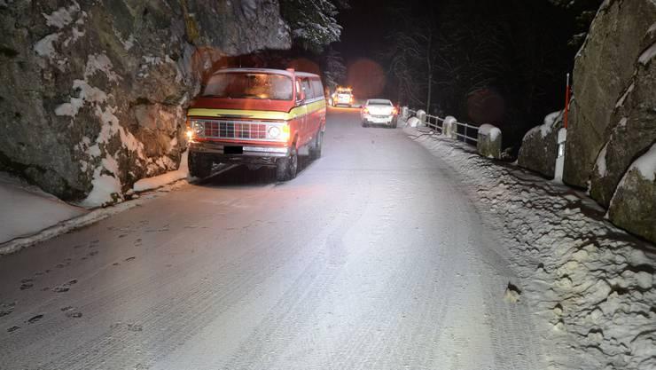 Nach der Kollision wurde der Lieferwagen an den rechten Fahrbahnrand abgetrieben und kollidierte dort seitlich mit der Felswand.