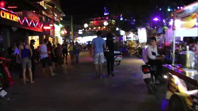 Pub-Street in Siem Reap: Touristen feiern, Kinder betteln