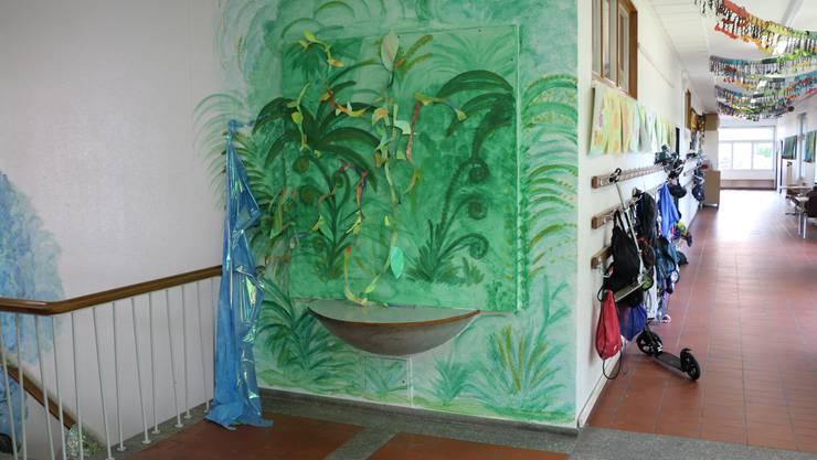 Unter der Gipswand mit der Dschungellandschaft eines Schülers ruht ein Mosaik des nicht ganz unbedeutenden Künstlers Walter Eglin.