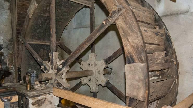 Das Wasserrad mit Eisenwelle: Es drehte sich, trotz seines stattlichen Durchmessers von 3,8 Metern etwa neun- bis zehnmal in der Minute. Dessen Leistung wird mit 8 Kilowatt angegeben.