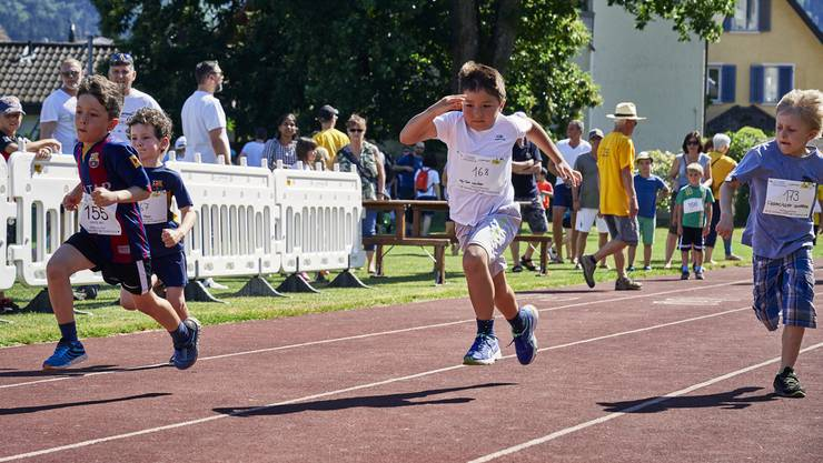 """Auftakt zum Wettiger Fäscht: Die 7 - 15 jährigen Wettigerinnen und Wettiger messen sich bei 60- bzw. 80-Meter-Sprints und machen den Titel """"dä schnellst Wettiger""""unter sich aus."""