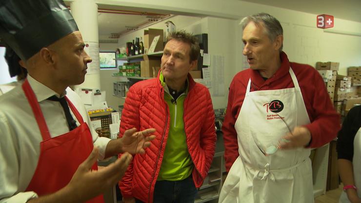 Beim Mellinger Käsepapst Rolf Beeler probieren Robin Deb Jensen und sein Team hochwertigen Mozzarella.
