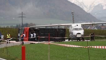 Das Übungsszenario in Belp: Flugzeug rutscht über Piste hinaus und prallt gegen Linienbus.