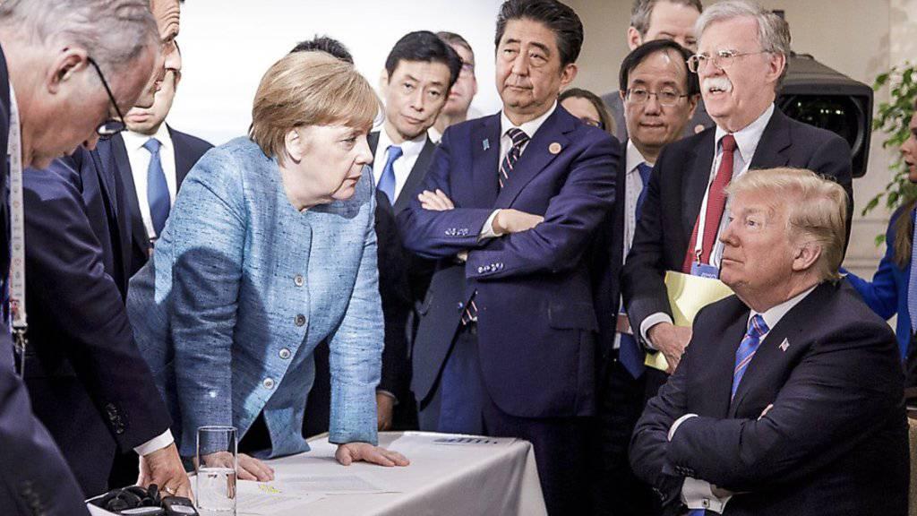 US-Präsident Donald Trump reagiert mit eigenen Bildern auf das weltweit verbreitete Foto mit der deutschen Kanzlerin Angela Merkel, weil es die Situation auf dem G7-Gipfel nicht korrekt widerspiegle.