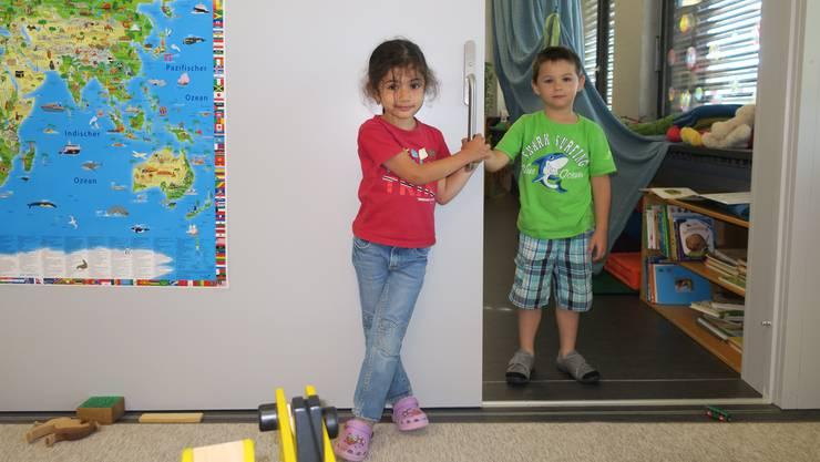 Zwei Kinder im Kindergarten Schürmatt. Die Schiebetür trennt den heilpädogischen Kindergarten vom regulären.