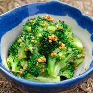 Für 2 Portionen120–130 g Broccoli Für das Dressing  2 TL helle Sojasauce  2 TL Senf (aus ganzen Senfkörnern, ungesüsst)  1 TL Zucker  ½ TL geröstetes Sesammus  2 TL Wasser  Den Broccoli putzen, die Strünke am unteren Ende kreuzweise einritzen, dann 1½–2 Minuten über kochendem Wasser dämpfen und in reichlich kaltem Wasser abschrecken. Für das Dressing alle Zutaten miteinander verrühren. Den Broccoli darin wenden und anrichten.