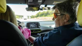 «Ich habe immer wieder Teslas, Audis und andere hochmoderne Autos mit einem blauen ‹L›  auf den Strassen gesehen. Da ist klar, dass der Beifahrer  im Notfall nichts machen kann», sagt Fahrlehrer Robert Jetter.