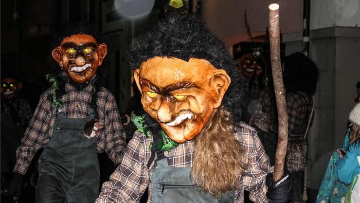 Wie immer in tollen Masken: Die Chesselmannli verkörpern eines der Symbole der Bremgarter Fasnacht.Fotos: Chantal Gisler