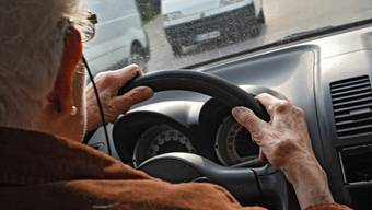 Ab dem 1. Januar 2019 müssen sich Autofahrerinnen und Autofahrer erst ab dem Alter von 75 Jahren alle zwei Jahre einer medizinischen Untersuchung unterziehen. (Symbolbild)