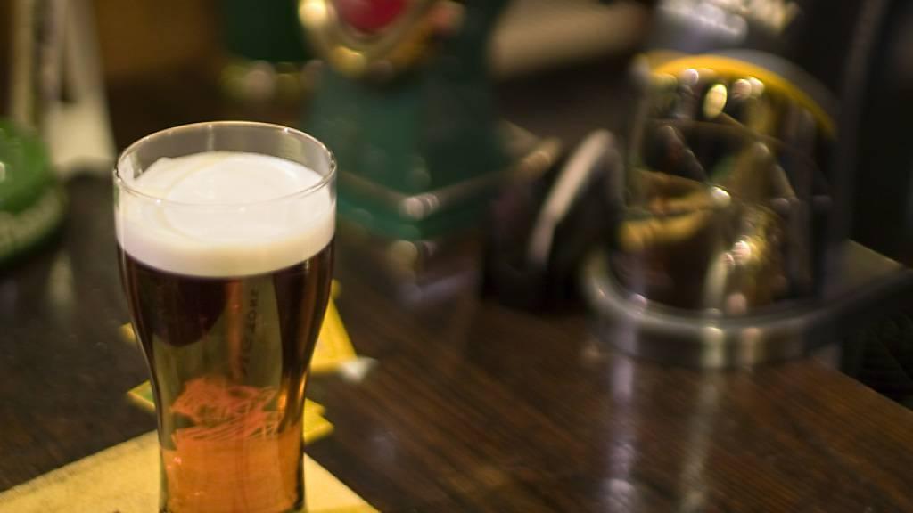 Eine Bar in Olten SO hat am Dienstagabend gemeldet, dass ein Gast positiv auf das Corona-Virus getestet worden ist. Die Betreiber baten alle Besucher des entsprechenden Abends, sich in Quarantäne zu begeben. (Symbolbild)
