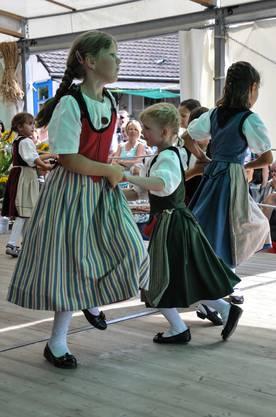 Zwei Mädchen der Tanzgruppe Buechibärg