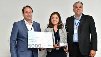 Danuta Cichocka von der Gewinnerfirma Resistell erhält aus den Händen von Jury-Präsident Derek Brandt (rechts) und Dirk Schneider, Präsident des Fördervereins Swissbiolabs, den mit 5000 Franken dotierten Swissbiolabs Award 2017.