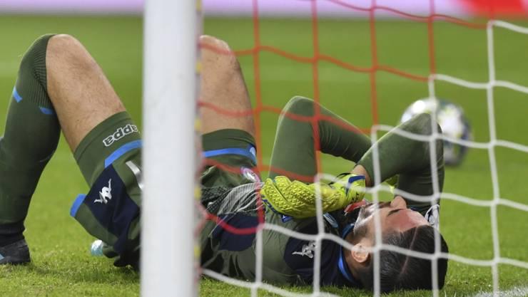 Cican Stankovic am Boden: Der Salzburger Goalie verletzt sich hier im Match gegen Napoli