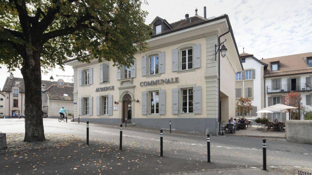 Das Gasthaus Auberge Communale und der Dorfplatz «Place de la Broderie», rechts davon, im Dorfzentrum von Prangins VD. (Archivbild)