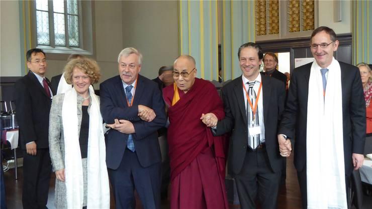 Eindrückliches Treffen mit dem Dalai Lama: Die Zürcher Stadtpräsidentin Corine Mauch, der Kantonsratspräsident aus Dietikon, Rolf Steiner, der Präsident des Zürcher Gemeinderates, Roger Bartholdi, und der Regierungsrat Mario Fehr (von links) lassen sich im Anschluss an den Friedensgottesdienst mit dem Dalai Lama ablichten. Kathrin Steiner