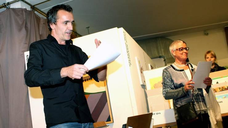 """""""Kunst findet Stadt""""-Initiant Roland Wittwer und Kunstkritikerin Annalise Zwez eröffnen die neue Kunstverkaufsausstellung."""